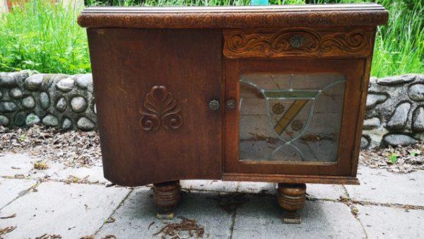 Старинно шкафче с оловен витраж