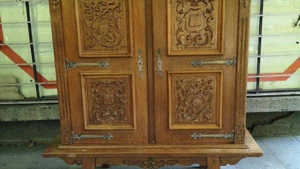 Шкаф с дърворезба и обков от месинг