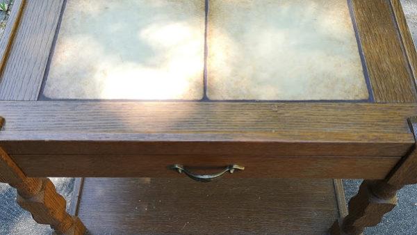 Помощна маса с чекмедженце и плочки ,масивна изработка