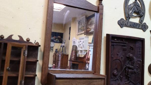 Огледало за стена с ракличка