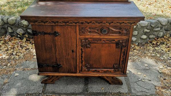 Шкаф в ретро стил с дърворезба и метален обков